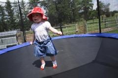 Auf dem Trampolin springen